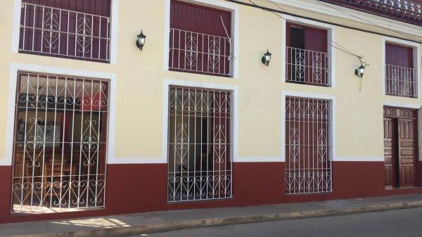 Picture on Casa de 8 cuartos, 8 baños y 1 garaje por $ 250.000 en Remedios, Villa Clara