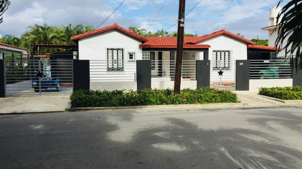 Casa de  6 cuartos, 6 baños y 2 garajes por $ 800.000 en La Habana/Playa/Miramar