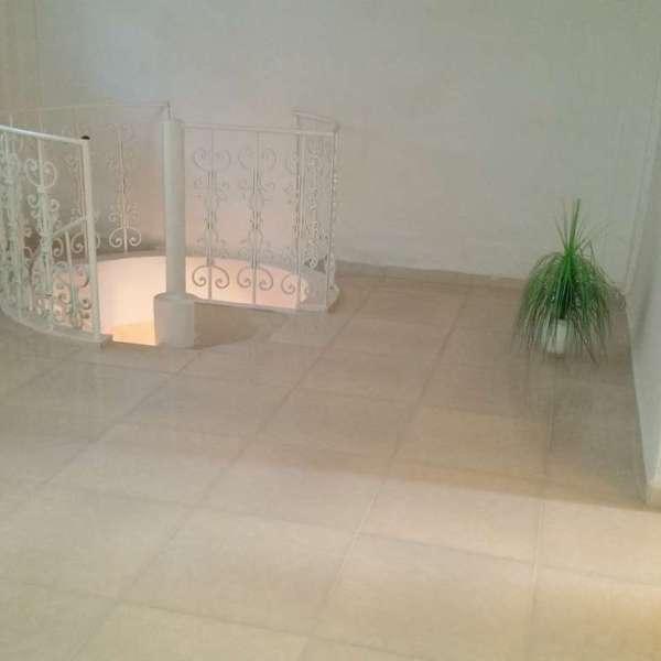 Apartamento de 3 cuartos y 2 baños por $ 60.000: Sala del segundo nivel con escalera de caracol hacia el primero