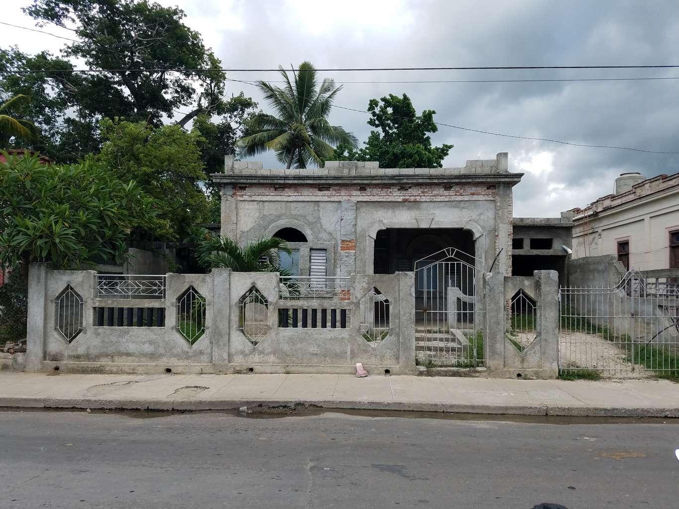 HEC1004: Casa de 3 cuartos, 3 baños y 1 garaje por $ 25.000 en Cienfuegos, Cienfuegos
