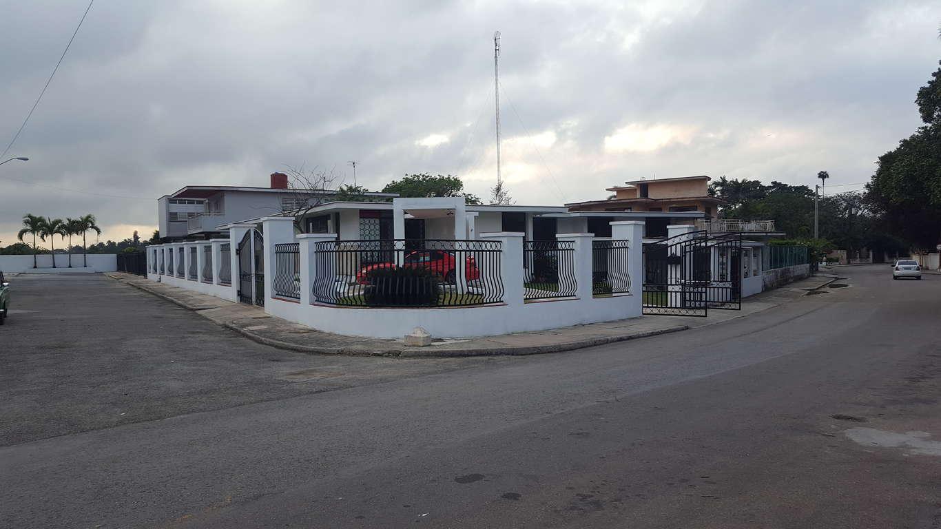HEC1011: Casa de 8 cuartos y 5 baños por $ 950.000 en Plaza de la Revolución, La Habana