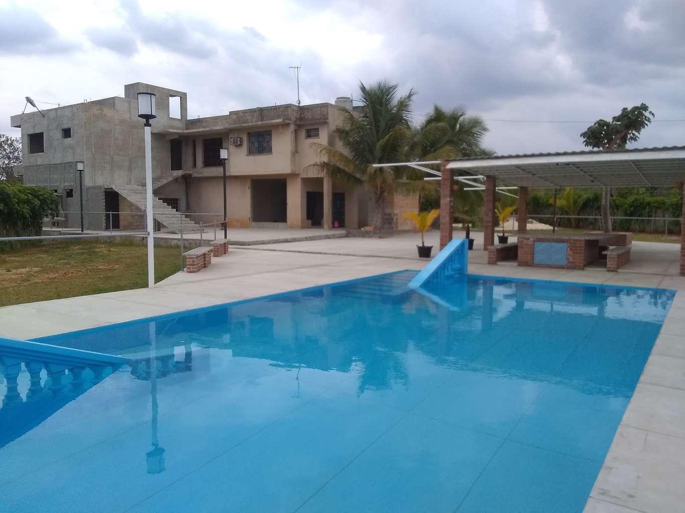 HEC1121: Casa de 8 cuartos, 12 baños y 2 garajes por $ 500.000 en Bauta, Artemisa