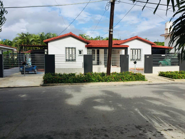 HEC1213: Casa de 6 cuartos, 6 baños y 2 garajes por $ 800.000 en Playa, La Habana