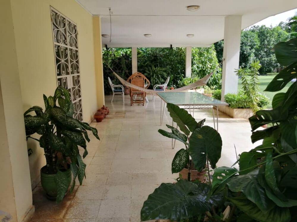HEC1299: Apartamento de 5 cuartos, 5 baños y 1 garaje por $ 1.000.000 en Playa, La Habana