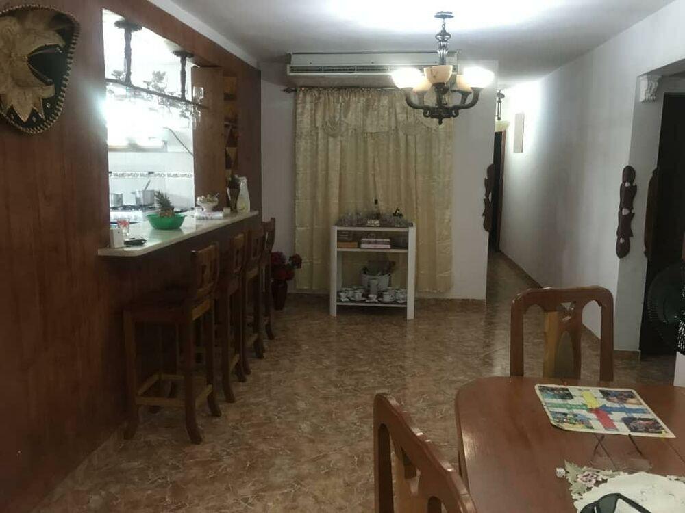 HEC1303: Casa de 3 cuartos, 4 baños y 1 garaje por $ 170.000 en Playa, La Habana