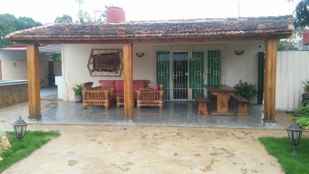 HEC1306: Casa de 4 cuartos, 5 baños y 2 garajes por $ 170.000 en Boyeros, La Habana