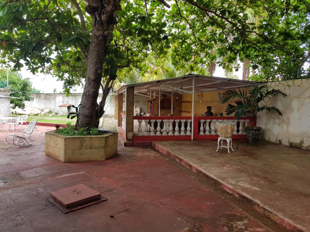 HEC1361: Casa de 4 cuartos, 4 baños y 1 garaje por $ 240.000 en Playa, La Habana