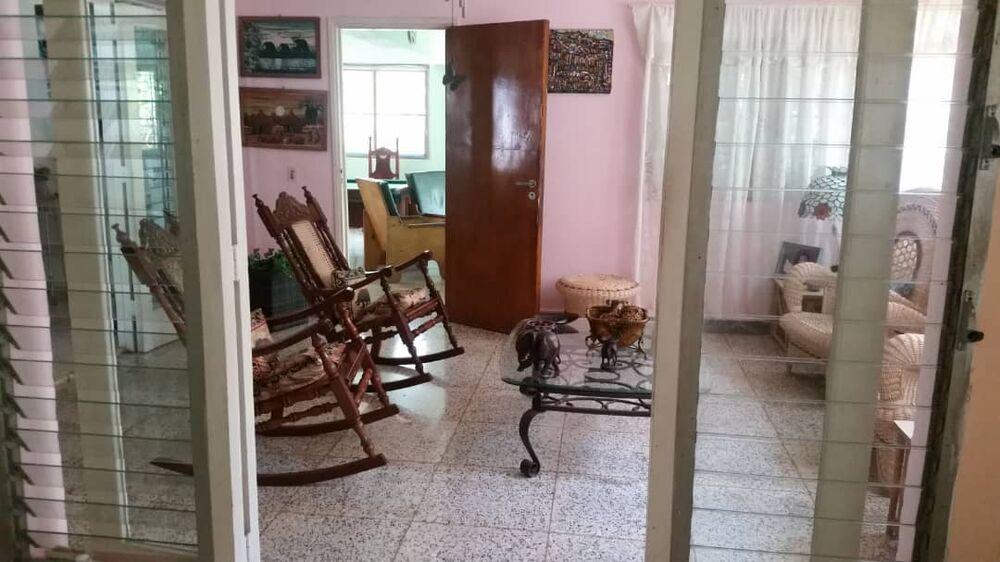 HEC1414: Casa de 5 cuartos, 2 baños y 1 garaje por $ 400.000 en Playa, La Habana