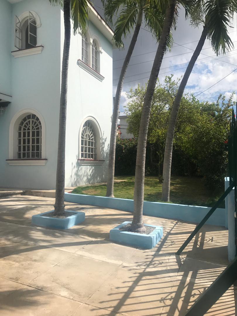 HEC1592: Casa de 4 cuartos, 4 baños y 1 garaje por $ 300.000 en Playa, La Habana