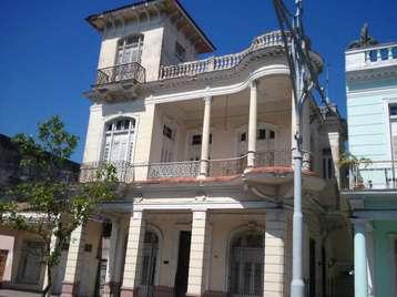 Casa en venta en Cienfuegos con  6 cuartos, 4 baños y 1 garage por $230,000